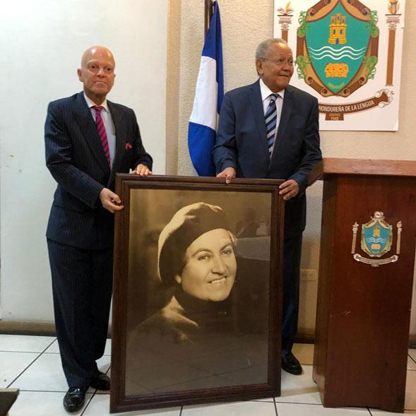Embajador chileno entregó fotografías a la Academia Hondureña de la Lengua