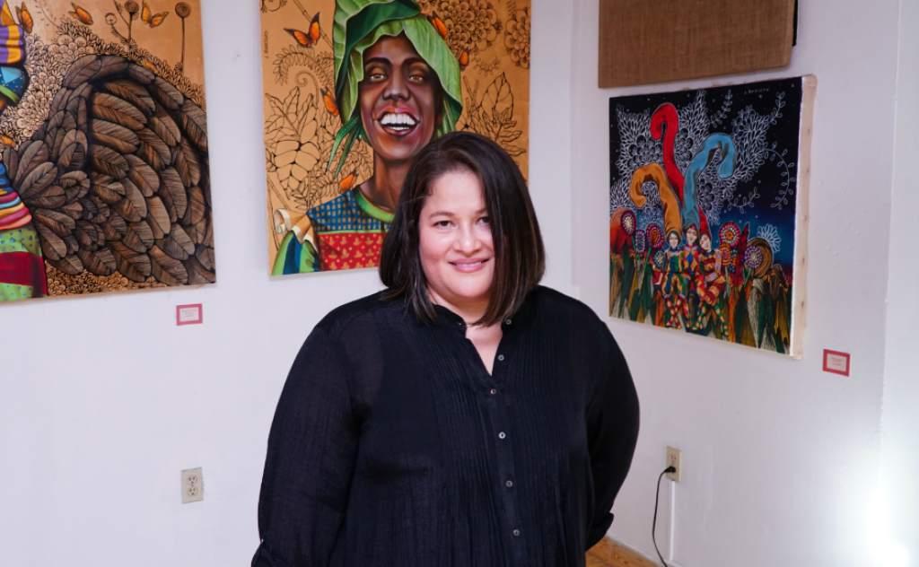 Artista Leticia Banegas, expuso su arte en galería de Grecia
