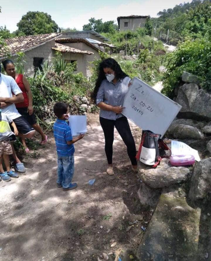 Maestros hondureños buscan a ayudar a alumnos en la pandemia