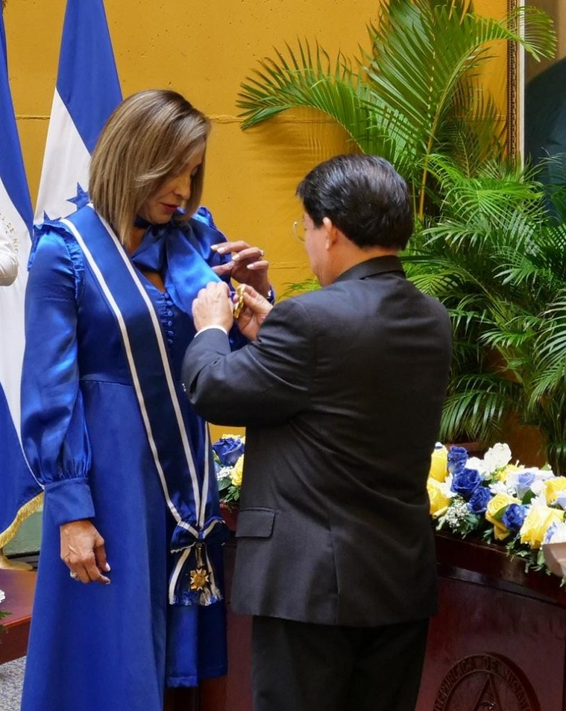 Nicaragua condecora a embajadora hondureña Diana Valladares