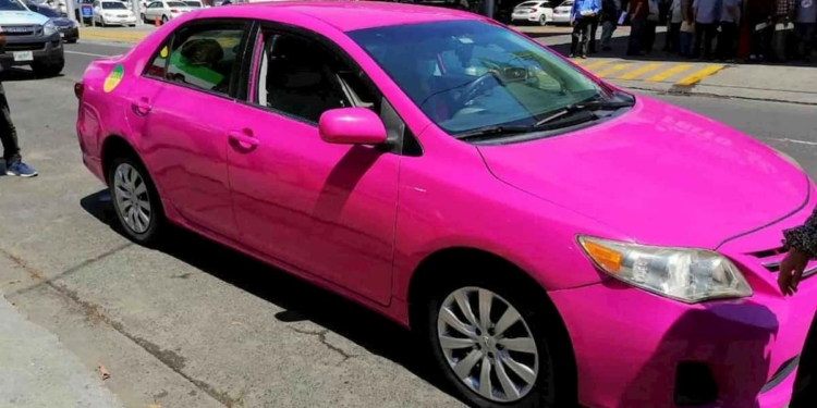«Sheula», nueva línea de taxis conducidos por mujeres en San Pedro Sula