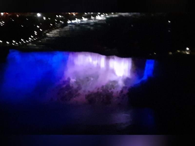 Cataratas del Niagara se iluminan con bandera de Honduras