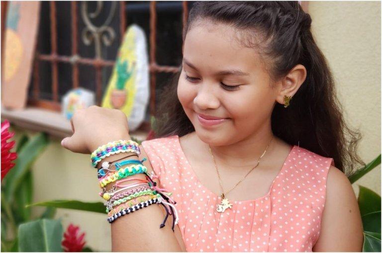 Zoe Ayala, niña hondureña lanza su propio emprendimiento de pulseras