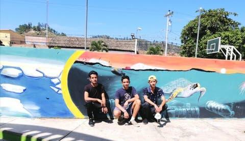Artistas hondureños crean mural sobre cambio climático