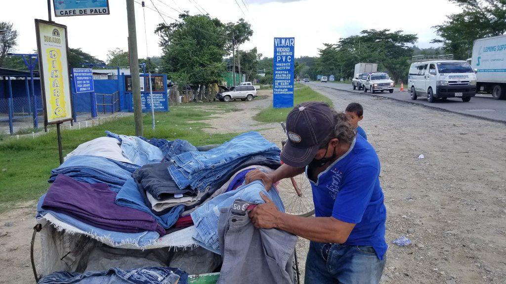 Hondureño conmueve por su venta de ropa usada en bicicleta
