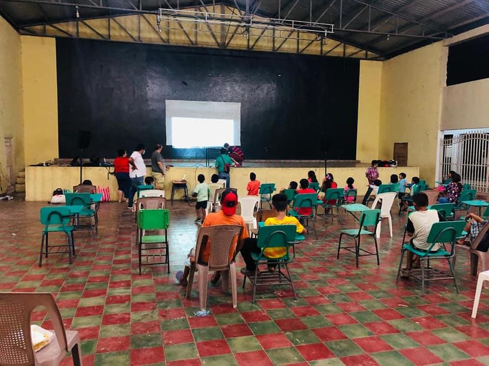 Llevan películas a niños en albergues de Santa Bárbara por ETA