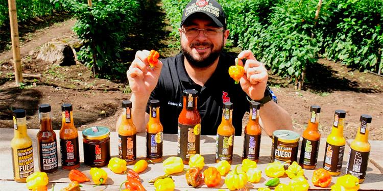 Hondureño Carlos Castillo emprende con salsas picantes