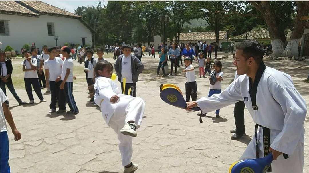 Ricardo Cortés ayuda a niños en riesgo social con el taekwondo
