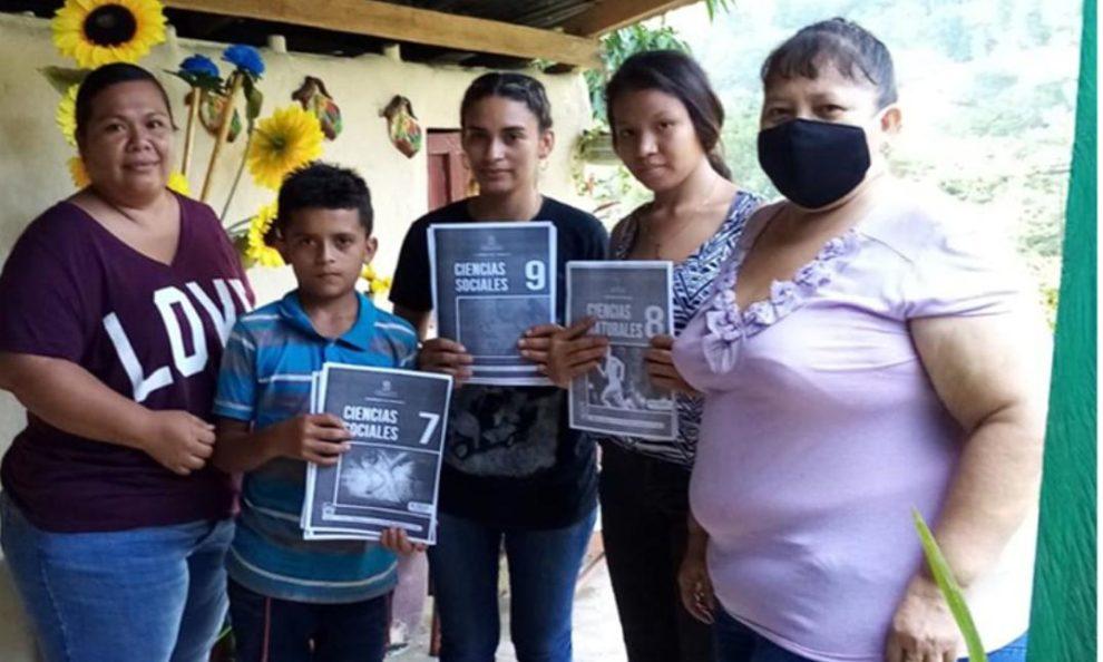 Docentes hondureñas ayudan a que niños sigan estudiando