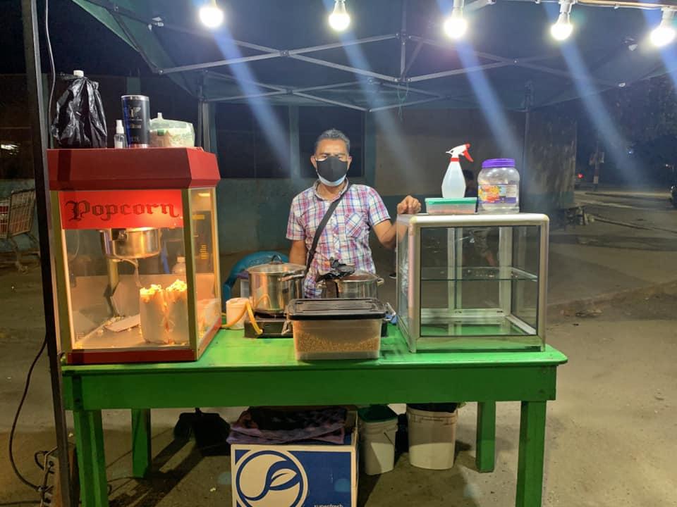 Hondureño vende manzanas y palomitas en el parque de La Lima