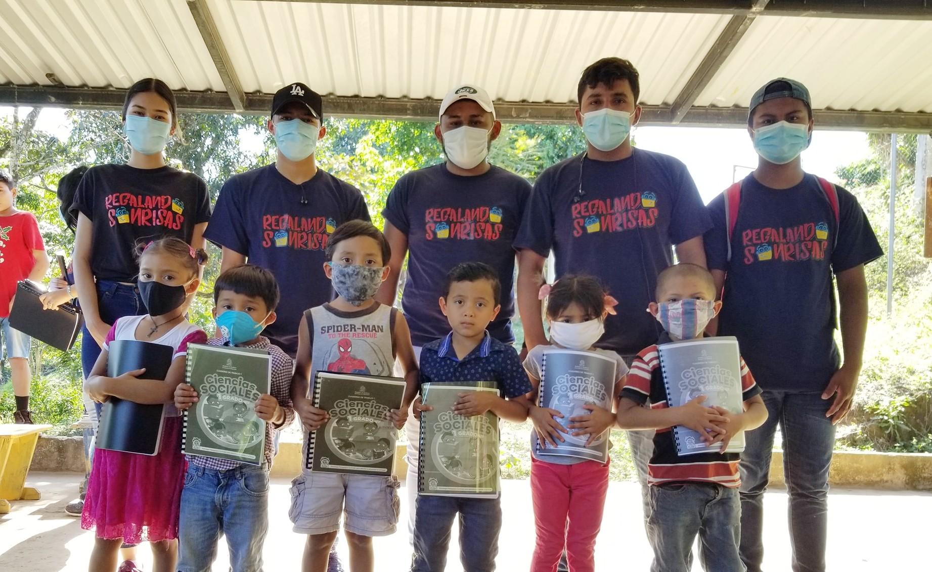 Regalando Sonrisas donaron cuadernillos a niños de Honduras