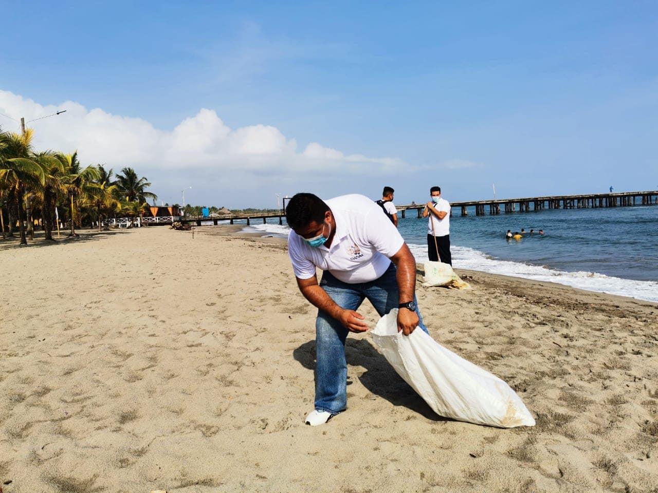 Iglesia Luz del Mundo realiza limpieza de playas de Tela