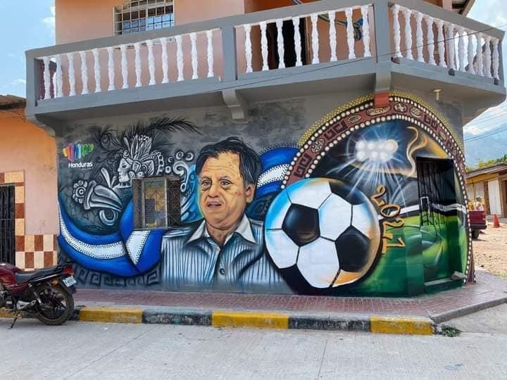 Crean mural en honor a Chelato Uclés en Ajuterique, Comayagua