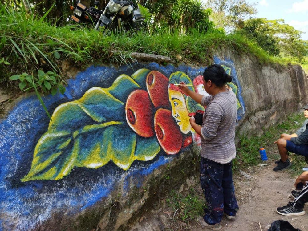 Hondureño crea un mural a orillas de la carretera de Marcala, La Paz