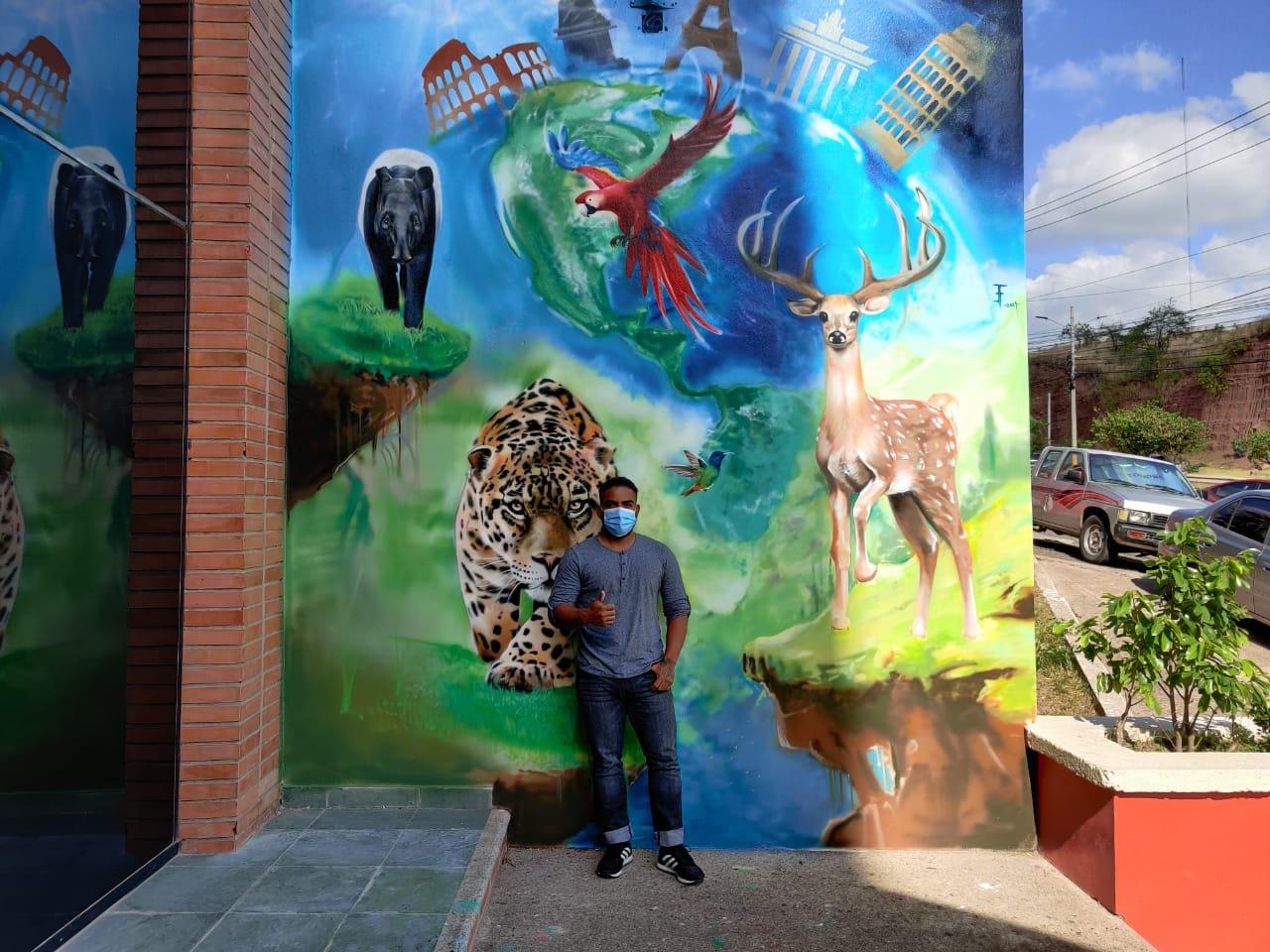 Artista hondureño realiza mural en honor a becados de Honduras