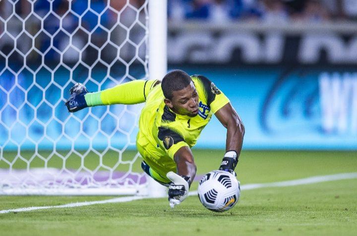 La doble gran atajada de Buba López frente a la Selección de Catar