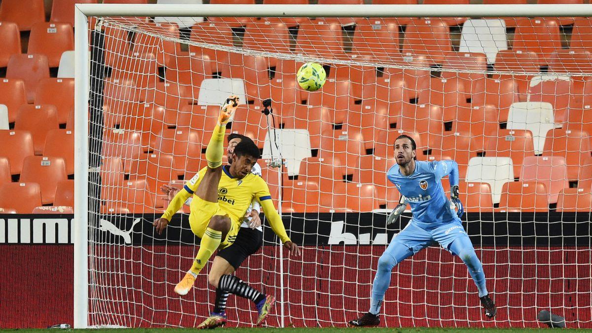 Gol de Anthony Lozano es elegido como el mejor del Cádiz en La Liga
