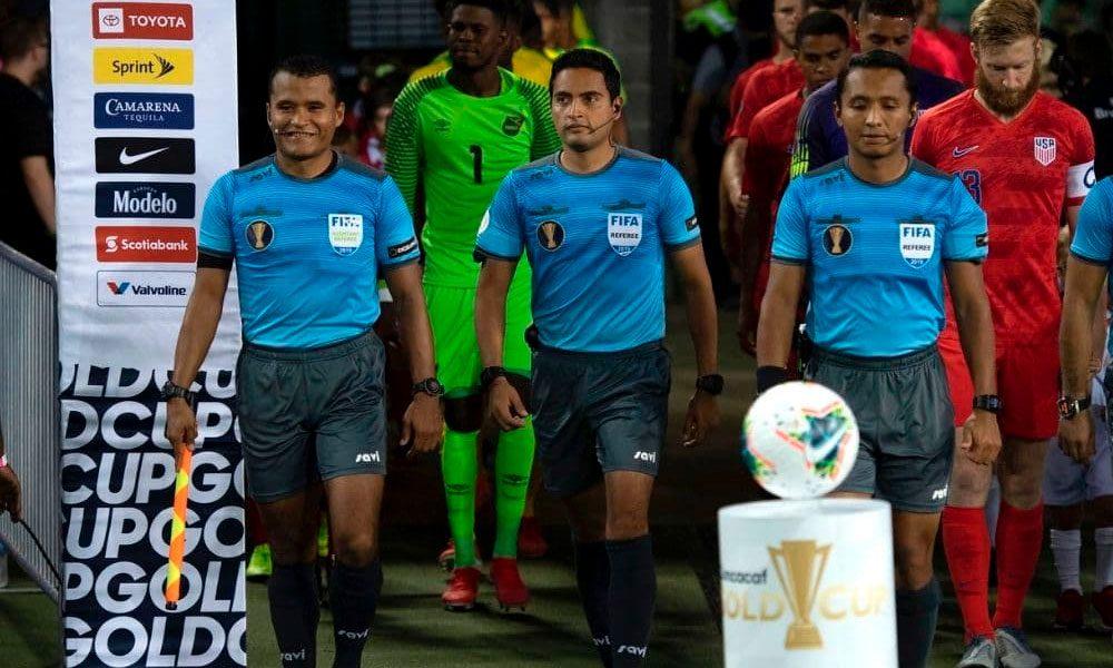 Árbitros hondureños pitarán partido entre México y El Salvador en Copa Oro