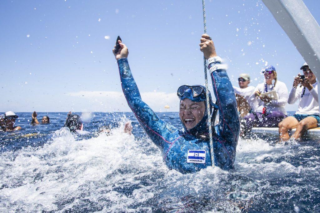 Hondureña Andrea Merlo impone récord nacional en torneo de buceo