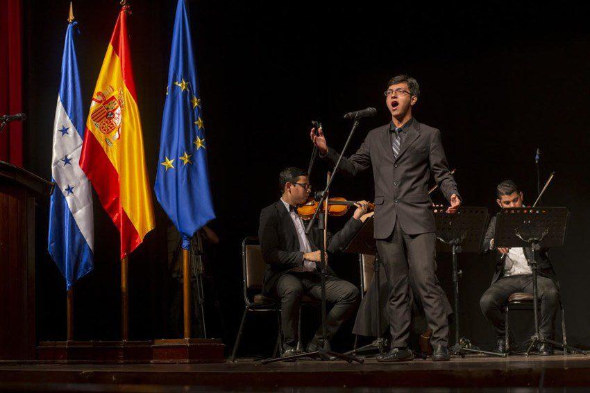 Hondureño Dennis Manzanares destaca en España como contratenor