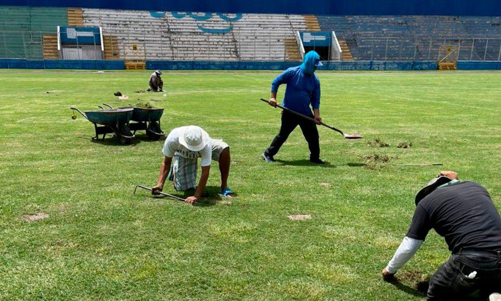 Autoridades reparan cancha del Estadio Nacional de Tegucigalpa