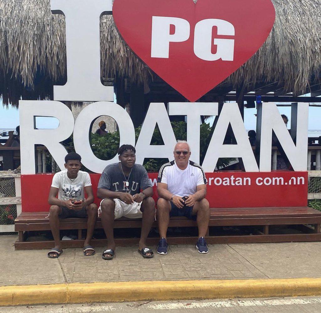 Periodista Luis Omar Tapia comparte sus vacaciones en Roatán