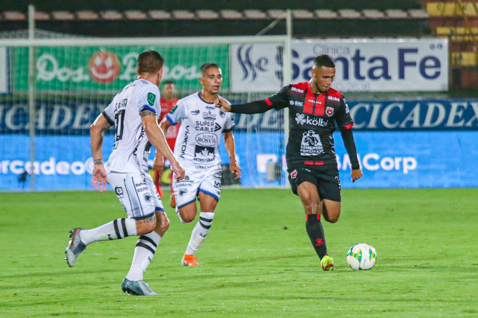 Alex López marca su tercer gol de la campaña con el Alajuelense
