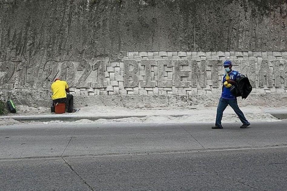 Alejandro Espinoza termina el mural del Bicentenario de Honduras