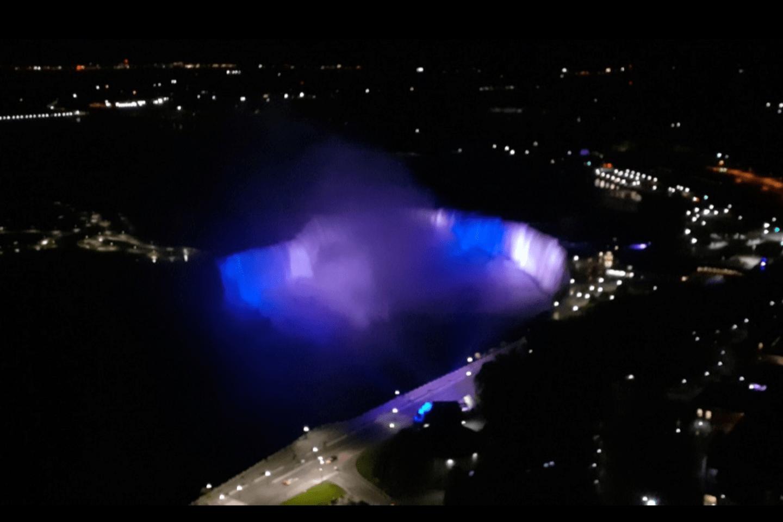 Cataratas del Niágara se iluminaron con la bandera de Honduras