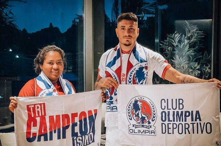Uruguayo José María Giménez posa con la camiseta de Olimpia