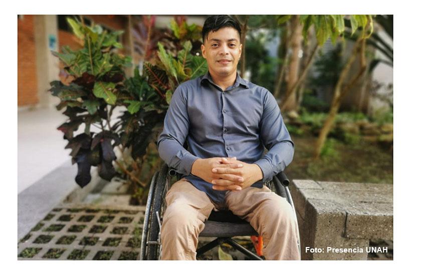 Hondureño se gradúa con honores a pesar de las dificultades