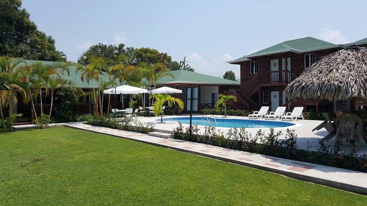 Hotel y Cabañas Playa Caribe rodeado de arena blanca y aguas turquesas