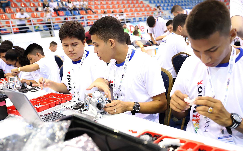 Estudiantes hondureños participan en Olimpiada Nacional de Robótica